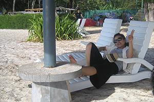 ビーチで読書